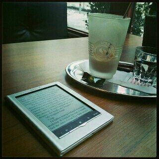 Lese på kafé