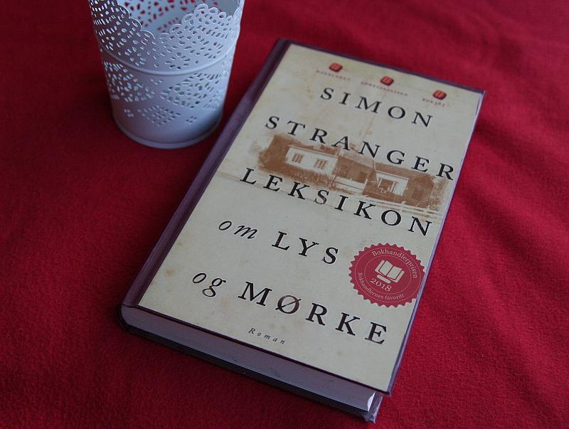 Boka Leksikon om lys og mørke, skrvete av Simon Stranger. Foto: Av en annen verden © 2019