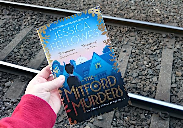 The Mitford Murders av Jessica Fellowes avbildet over jernbanespor. Foto: Av en annen verden © 2019