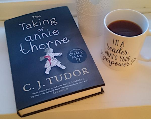 The Taking of Annie Thorne av C. J. Tudor og en kopp svart kaffe. Foto: Av en annen verden © 2019