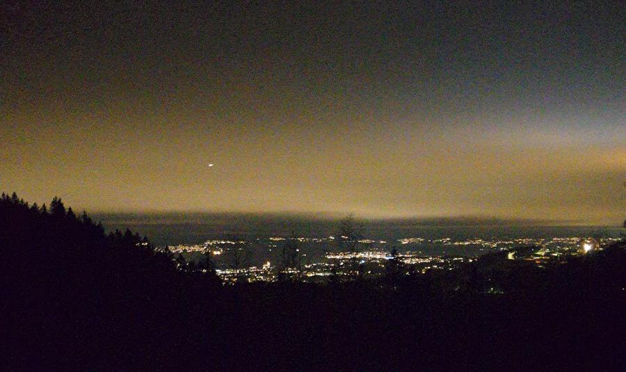 Bilde av utsikt over Oslo om natta, men et teppe av kunstig lys over byen. Foto: Av en annen verden © 2019