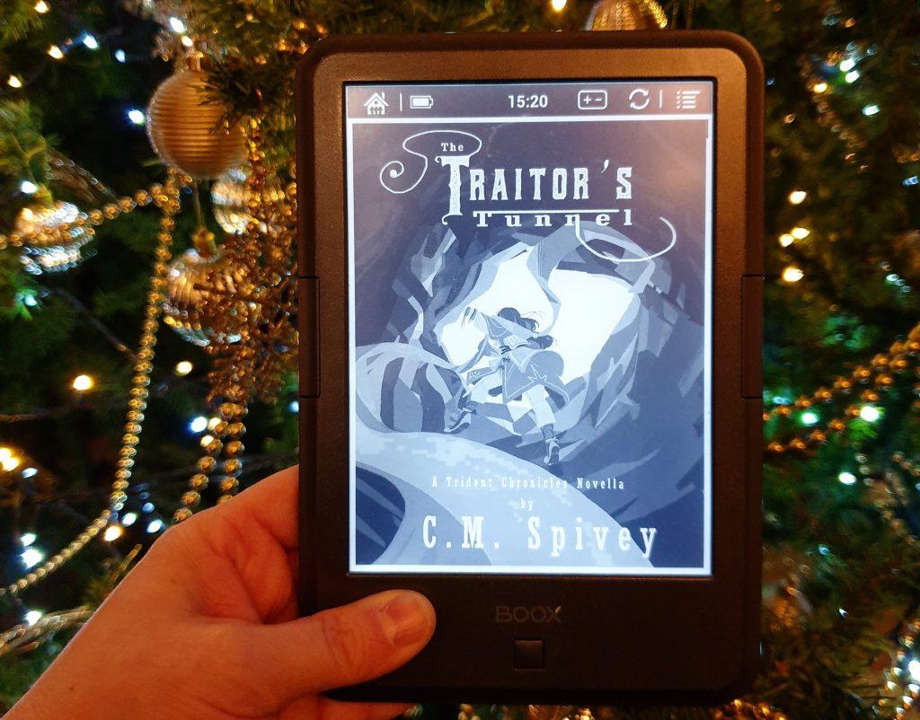 Bilde av boka The Traitor's Tunnel foran et pyntet juletre. Foto: Av en annen verden © 2019