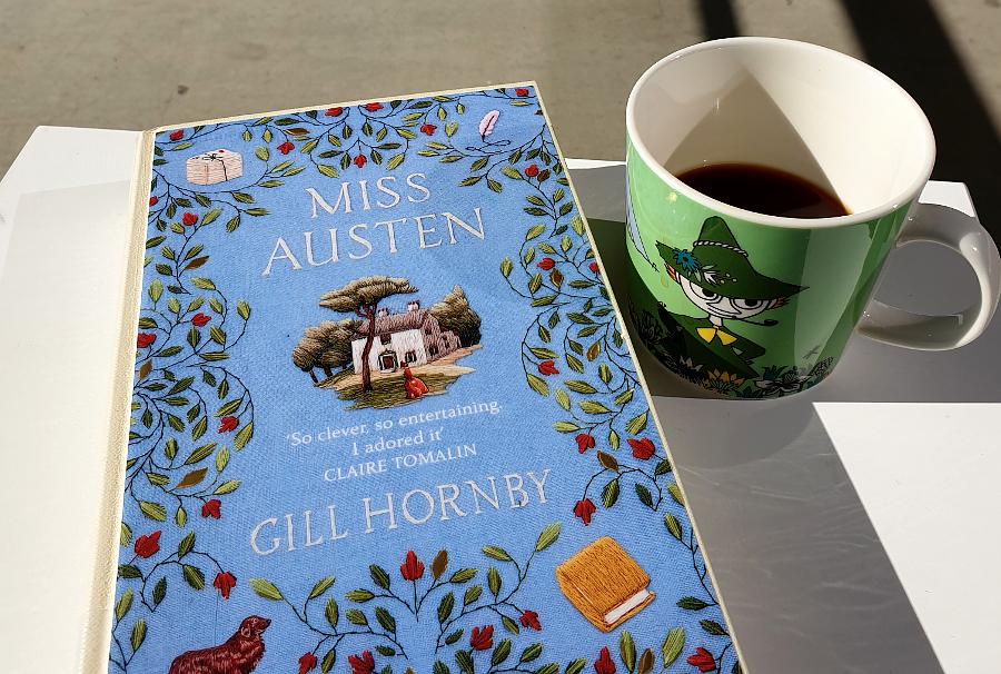 Bilde av boka Miss Austen av Gill Hornby og en kopp kaffe. Foto: Av en annen verden © 2020