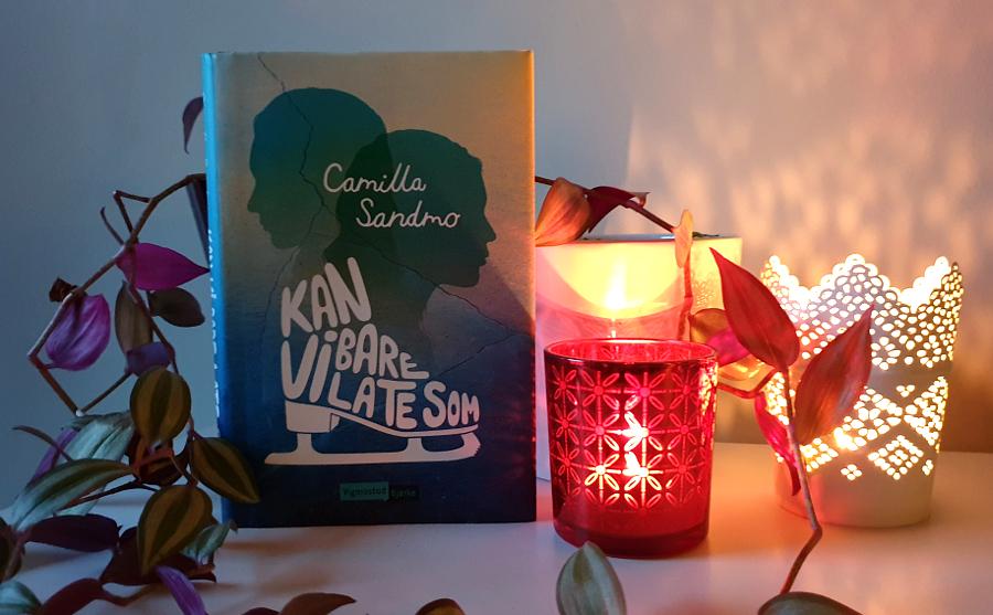 Bilde ab boka Kan vi bare late som av Camilla Sandmo, sammen med potteplanter og telysjoldere med tente lys. Foto: Av en annen verden © 2020